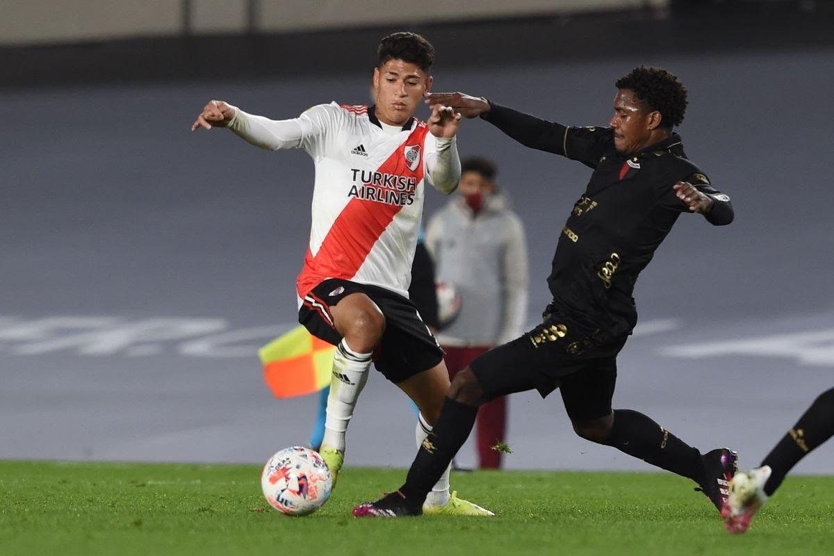 Los colombianos Carrascal y Goez disputan el balón.